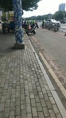 南河小区路段交警抓逆行啦!已有好几辆电动车被扣留!