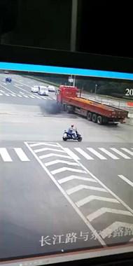 """吓煞德清宁!小车撞上半挂车被""""削顶"""",车主甩出当场身亡"""