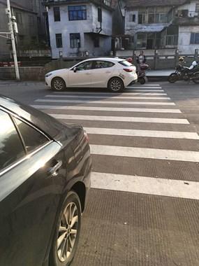 路过东联菜场西大门,斑马线上停着一辆车。