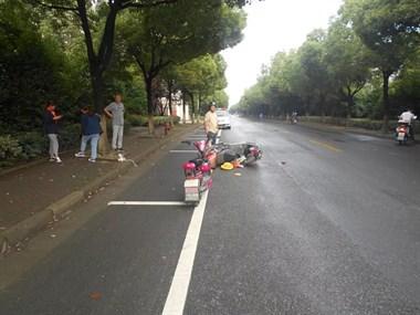 女子骑电瓶车在阜溪街道与另一车相撞,因这行为自己要负全责