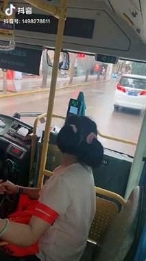 看着洋气!大姐童心未泯扎2小辫,德清人看公交车上这幕笑煞