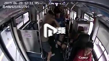 女子公交上遭70多岁老人摸胸,老人:原谅我一次
