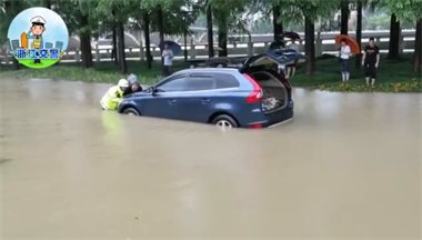 衢州洪水中现暖心一幕,交警与两路人齐力推车!