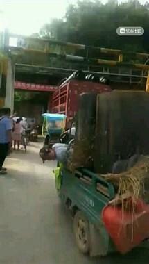 天宝桥洞一大货车卡住进退两难 现场堵车水泄不通!