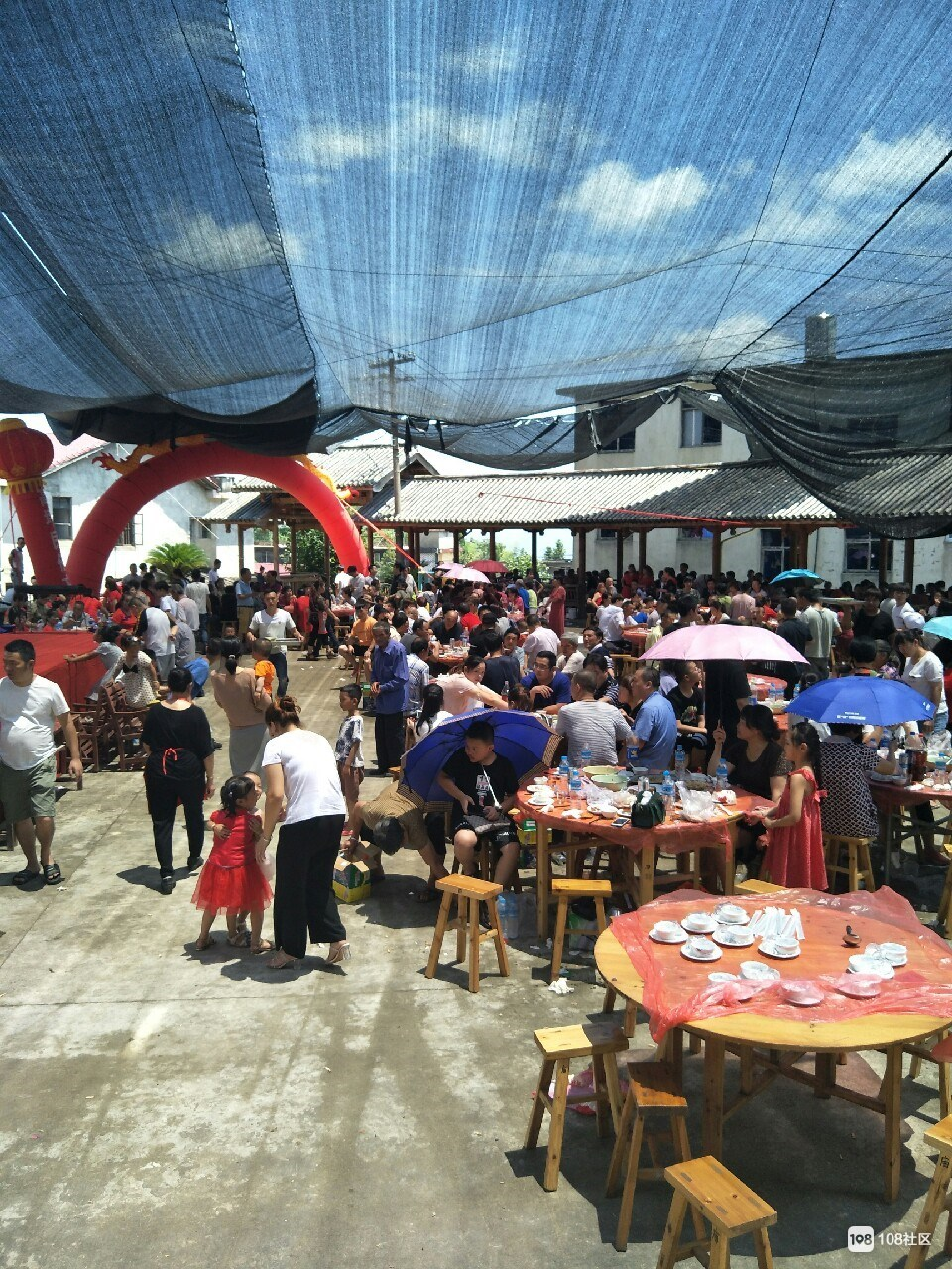 今天延平这里挤爆了!所有人顶着太阳打着伞在吃饭