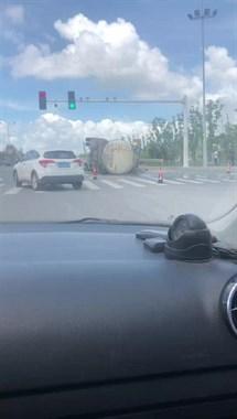 """226省道油罐车""""撂倒""""了,洒了满地油!社友:快跑"""