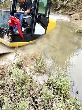 新挖机栽进河里爬不上来了!德清乡下活没干成就先赔钱