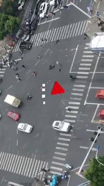 3死10伤!一轿车撞上多辆电动车,行车记录仪拍下惊魂一瞬