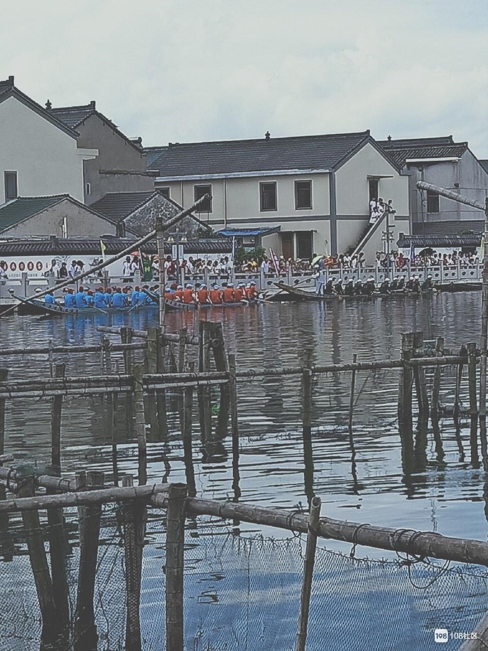 包爷爷庙会热闹非凡!龙舟比赛中好几只船都翻了