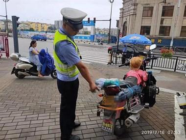 镇巴佬遮挡号牌骑车上路:这样违规的小行为就不会被发现
