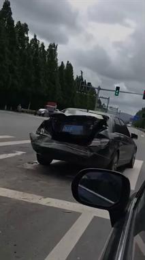 哪位横峰老板的奔驰被撞了?车尾已严重变形,损失惨重
