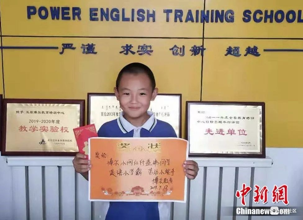 """优秀!""""猪猪男孩""""做作业顺手接生7头猪,英语还考了100分"""