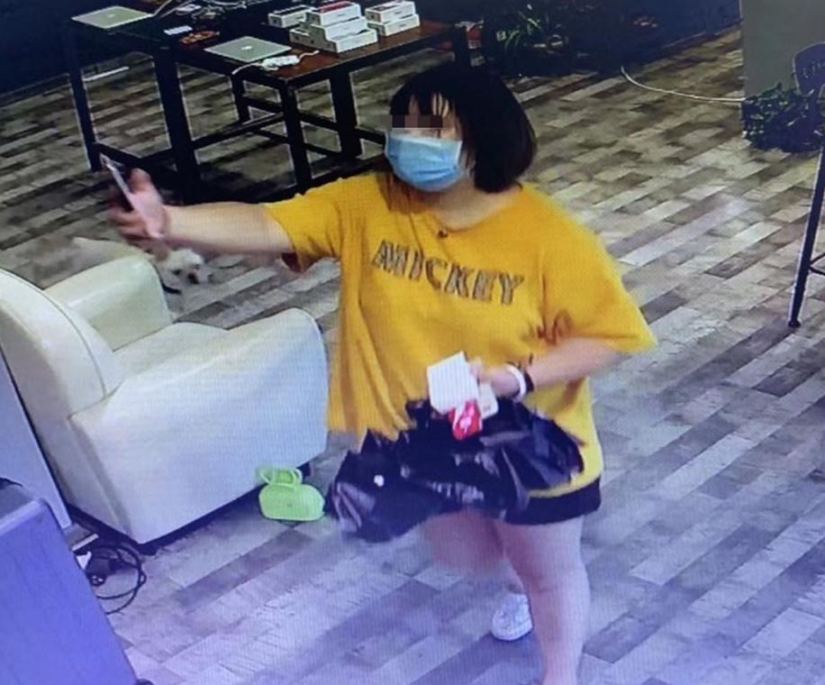戴口罩女孩扫码姿势到位,2400块钱却没付!往永安街狂跑