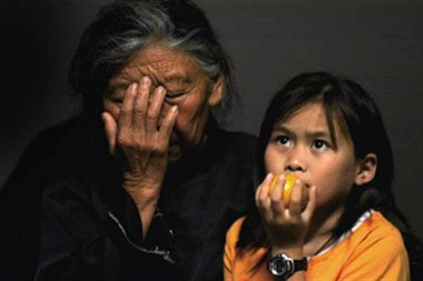 奶奶让孙女吃早饭 2个人只买了1份 奶奶却说不饿!