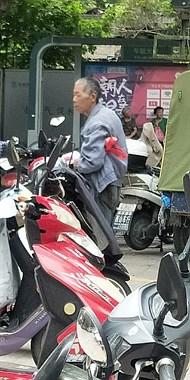 海宁街头遇一老人,说遇难处要一块钱!这情况孩子面前该给吗