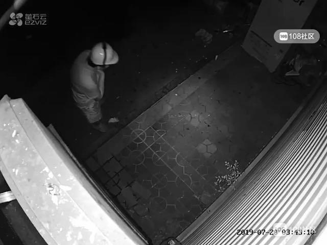 延平一男子凌晨跑店门口上大号,裤子一脱全被拍了!