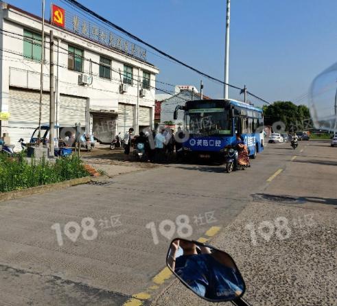 一群老人拦住25路公交车,死活不让走!警察都来了