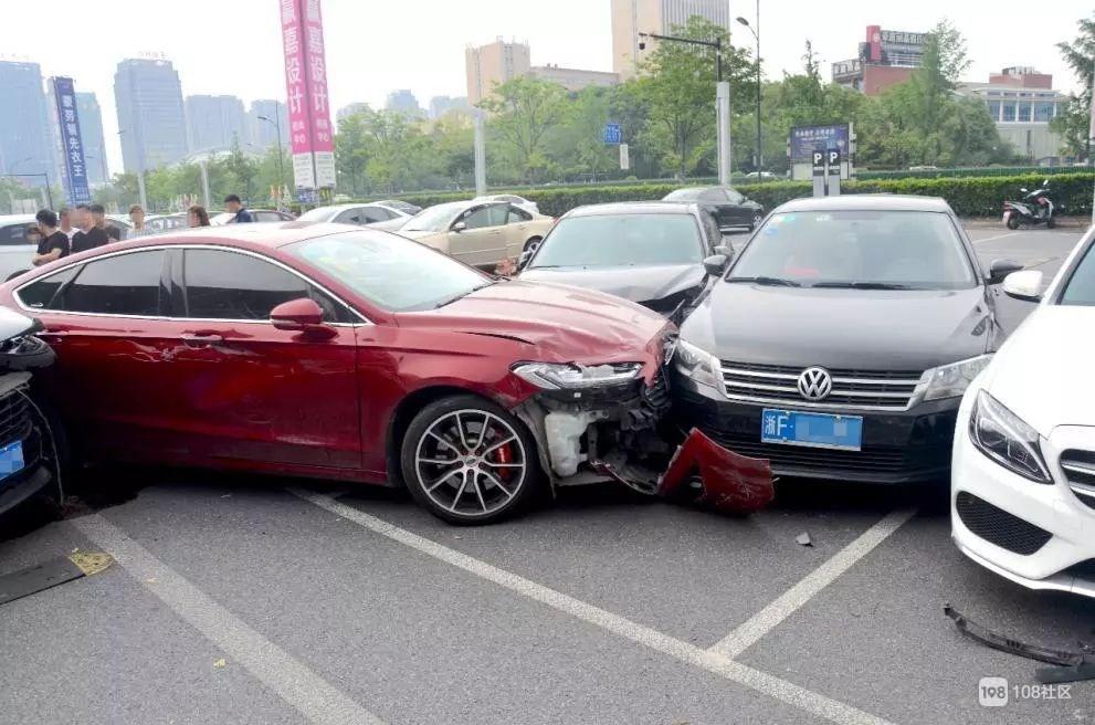"""""""完了!完了!完了!""""浙江停车场5车连撞!保时捷遭殃!"""