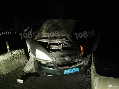 这也能撞上去?黄泽轿车车胎爆裂,车头严重变形基本报废!