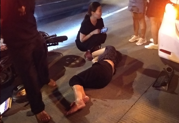吓!海昌路一电瓶车女子被撞,躺地上一动不动!却得负全责