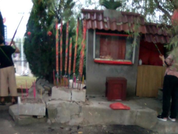 华风小区每天烧香火敲木鱼没人管 旁边50米就是加油站!