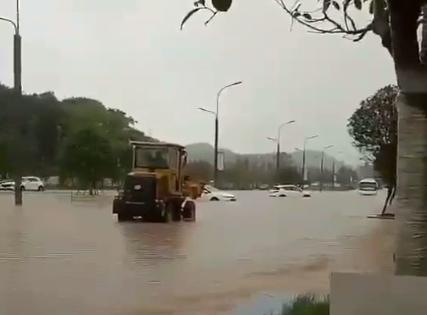一个小时暴雨!三龙镇水就涨到大腿根 好几辆车在水中抛锚!