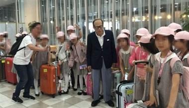 李嘉诚机场偶遇一群孩子,资助100万?领队:不止100万