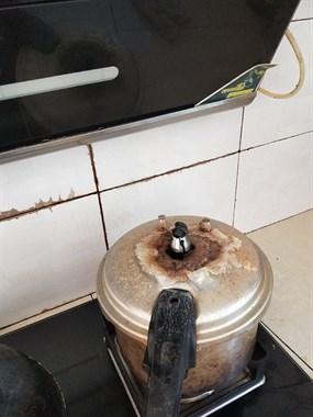前天还笑人家做饭差点烧了房子,没想到这么快轮到我了!