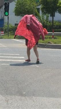 太夸张!海宁街头偶遇遮阳女侠,高温天出门都这打扮?