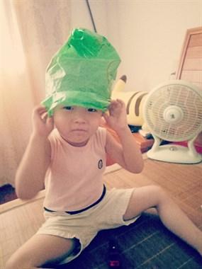 热傻了?长兴娃娃摆出别致造型,社友:头顶绿云笼罩...
