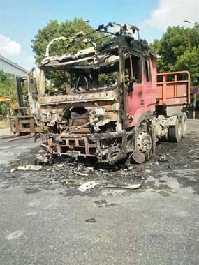 回德清路上看焦黑一幕!货车龙头全被吞没,大火后只留一空壳