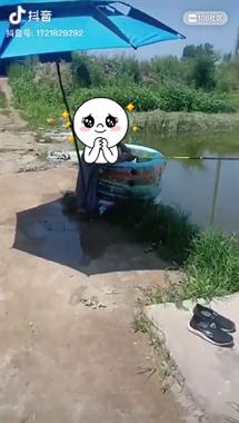 大哥就是大哥 嫌钓鱼太热 他居然在鱼塘这样做……