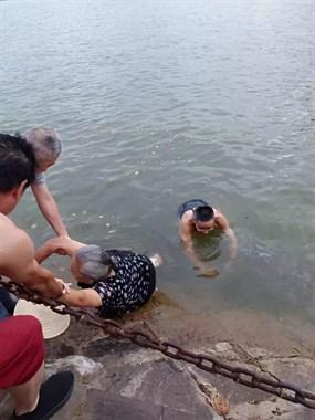 衢州这老师威武:晨练时下水救人,上岸还能跑马拉松