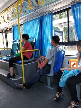 2元钱虽少,公交车上这幕却暖心,推来推去最后大家都笑了