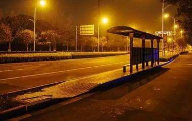 深夜等车遇一陌生男求助,孤身一人的我又害怕又...