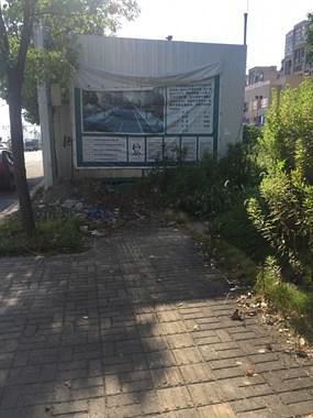 观澜路工棚废弃两年多,下雨天还发臭,市民就像住在垃圾场!