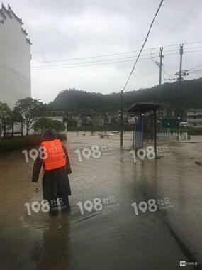 台风过后发大水,苍岩一小车眼看被水吞没!拖拉机拉都拉不走