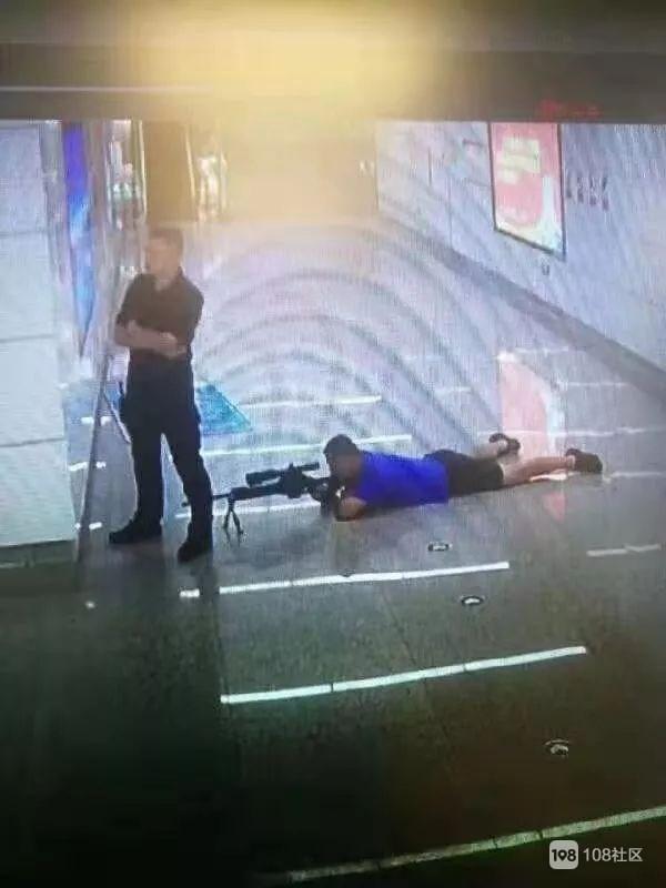 地铁发生劫持人质事件,嫌疑人被当场击毙,网友怒赞狙击手!
