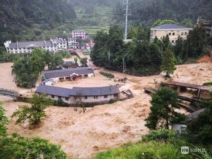 紧急救援!这四个村的生命线被冲垮,直升机在临海空投饮用水
