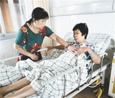 丈夫病逝儿子中暑猝死,越城阿姨悲伤过度摔断腿,幸运的是…