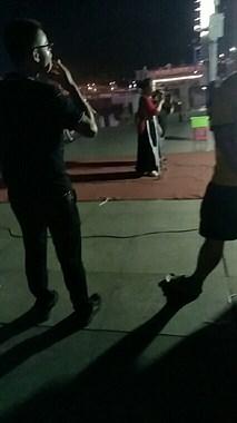 九峰公园晚上有人现场表演,过路行人的举动温暖人心