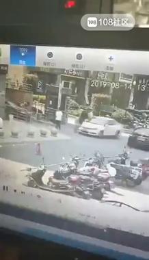 刚到接人地点,网约车司机一脚油门把乘客撞飞!画面太吓人!
