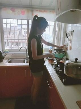 噶幸福!女儿亲手烧饭给妈吃,网友:以后不知便宜哪个小子…