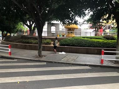 危险!商业城来往车辆呼啸而过,男孩居然这样过马路