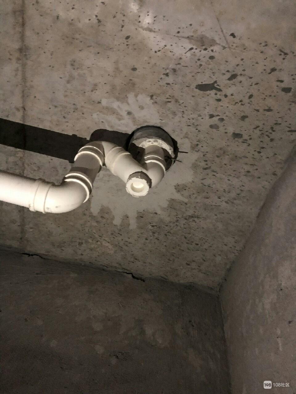 我的新房被楼上打穿个洞!不同意改管道 邻居说我难搞?