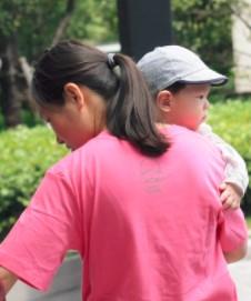 婆婆出门自己带娃,21斤的孩子手里抱一天,宝妈直喊受不了