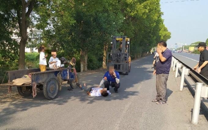 情况紧急!马桥一男子突然倒地,车上2个孩子吓得大哭!