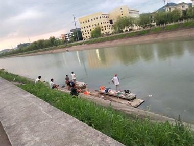 新昌江这地火了!一来就是几十人,蹲坐在岸边干这事