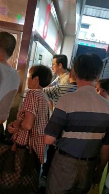 德清菜场众人挤得排长队,一群人凑热闹!像不要钱一样