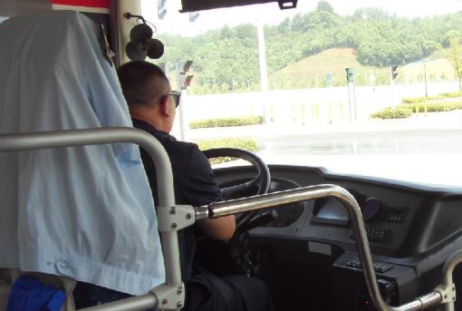 """33路某司机抽烟一直抽到终点站!一系列动作""""行云流水"""""""